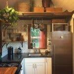 Малка кухня с тъмен плот