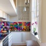Малка кухня с цветен гръб