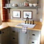 Малка кухня с дървен плот