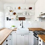 Малка кухня в бяло и естествено дърво