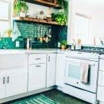 Кухня в бяло и тюркоаз