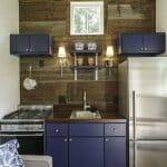 Мини кухня с тъмно синьо и инокс