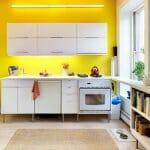 Малка кухня с жълт гръб