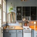 Малка кухня в сиво и естествено дърво