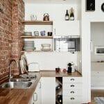 Малка кухня с тухлена стена