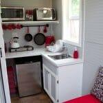 Малка кухня в бяло, черно и червено