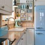 Малка кухня в бяло и синьо