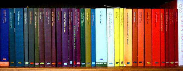Книги подредени по цветове