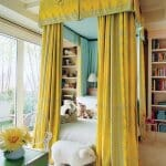Спалня с жълт плътен балдахин