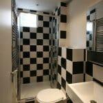 Малка баня в бяло и черно