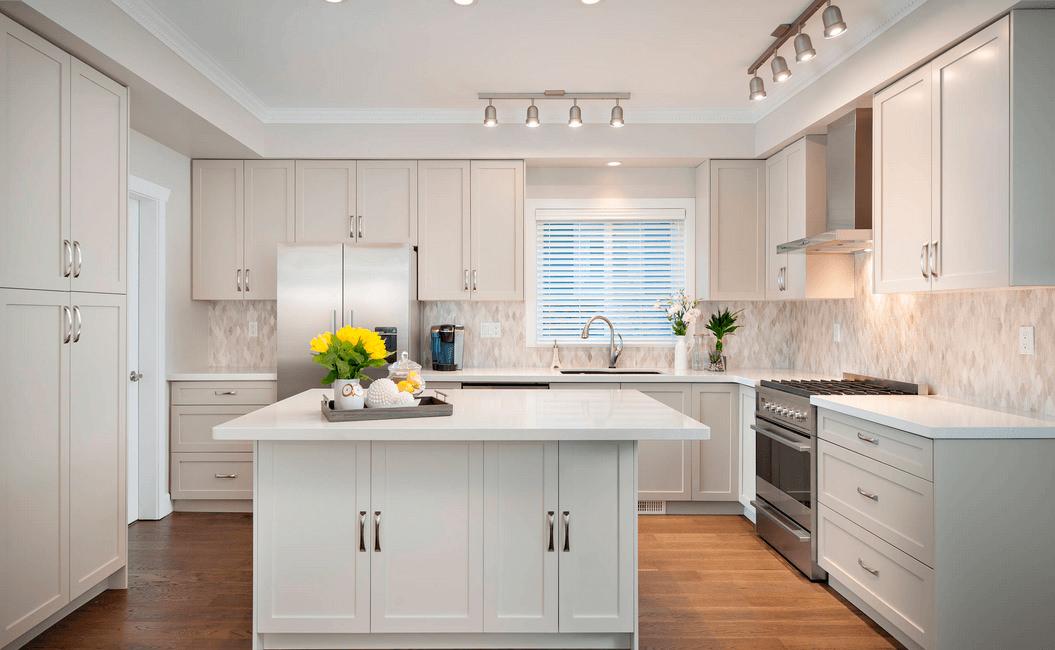 Красива кухня в бяло