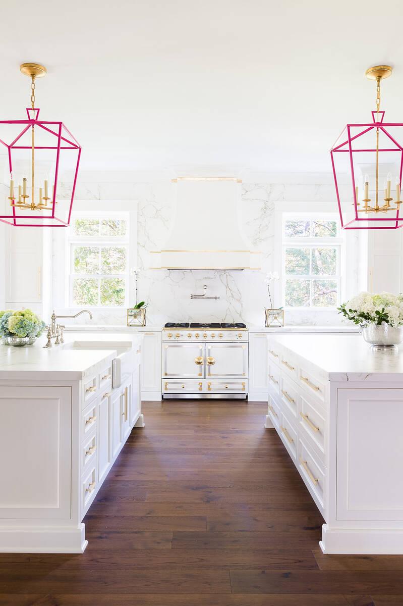 Непреходната визия на кухня в бяло и златисто