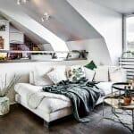 Бял интериор със скосен таван