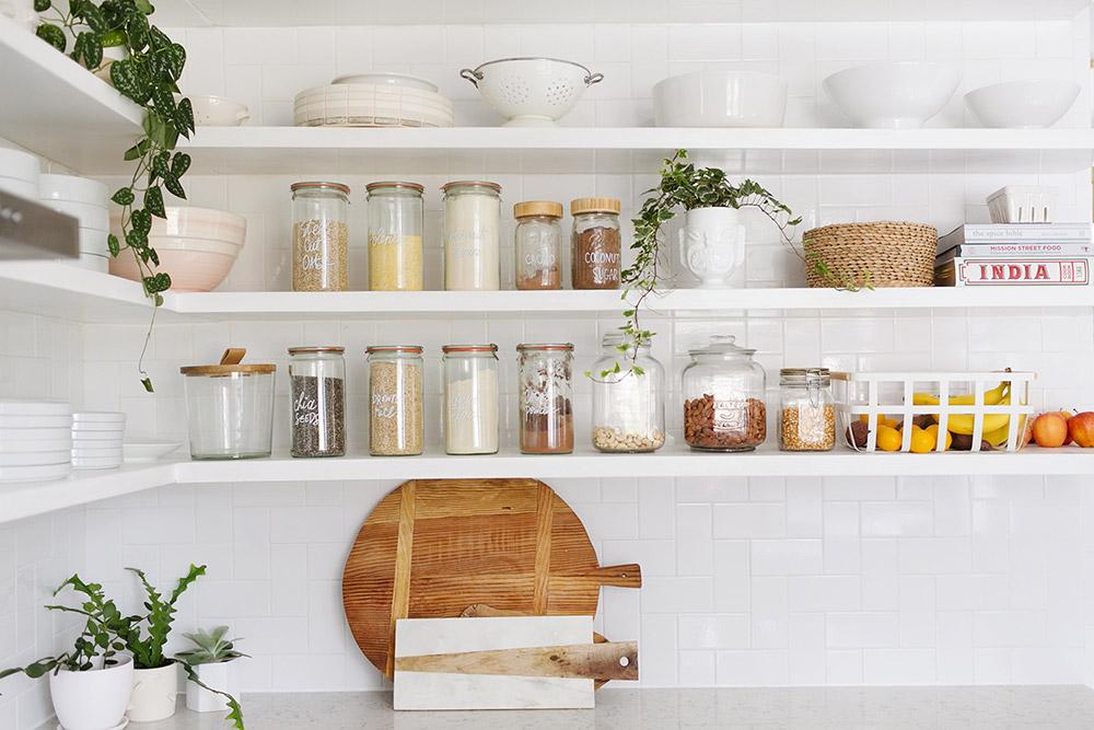 Отворени кухненски шкафове