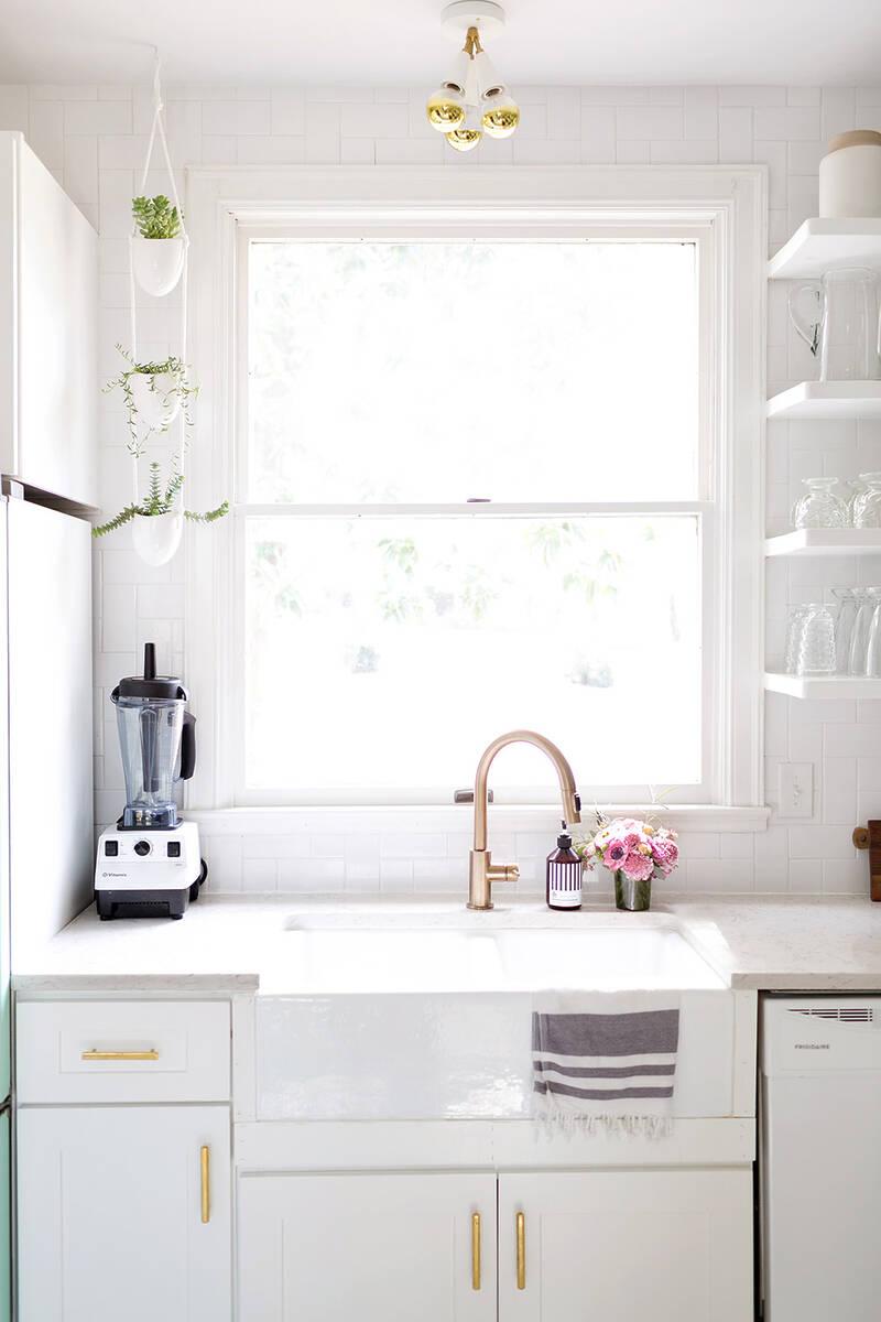 Бяла кухня с медни акценти