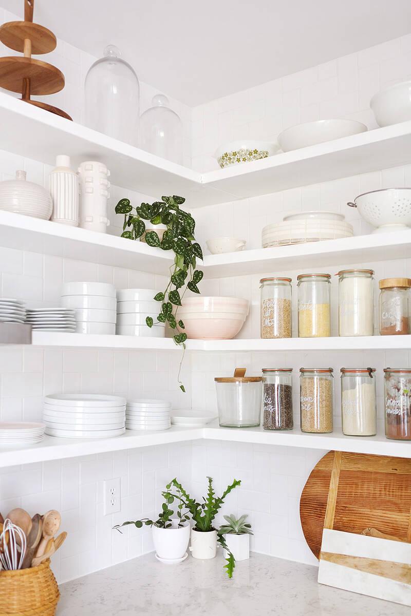 Кухненски етажерки в бяло