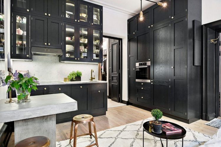 Кухня с черни шкафове