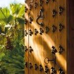 Дървена врата с ковано желязо