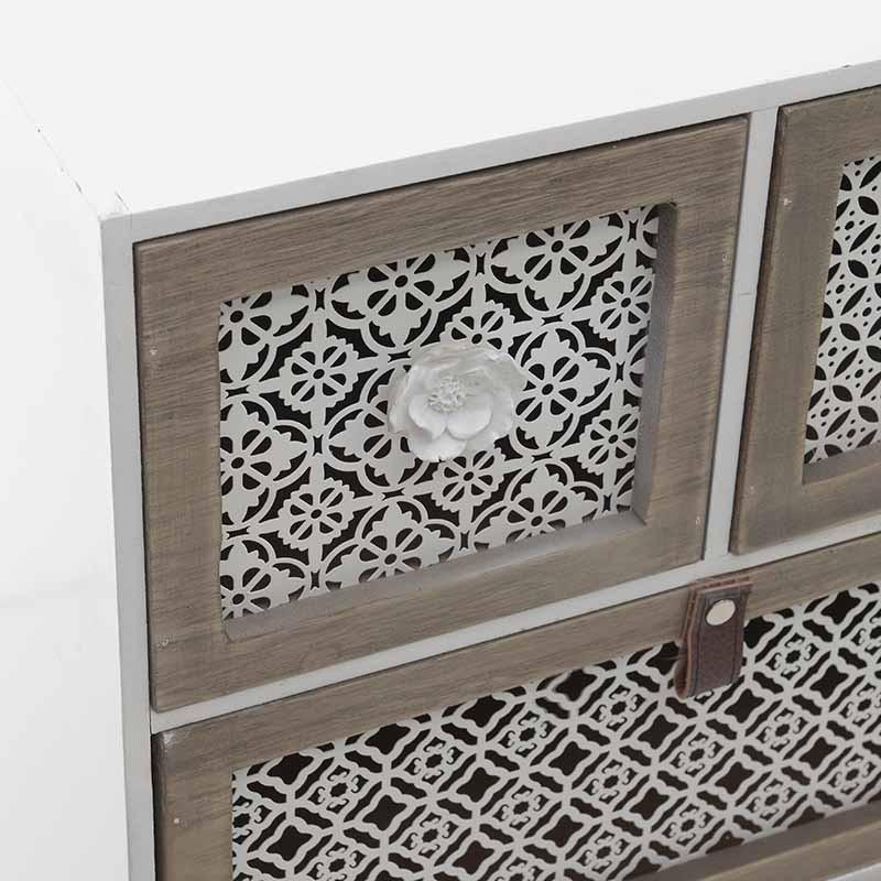 Дървен шкаф с четири чекмеджета - отблизо