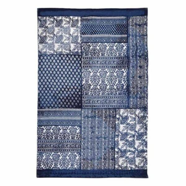 Пачуърк килим в синьо и бяло