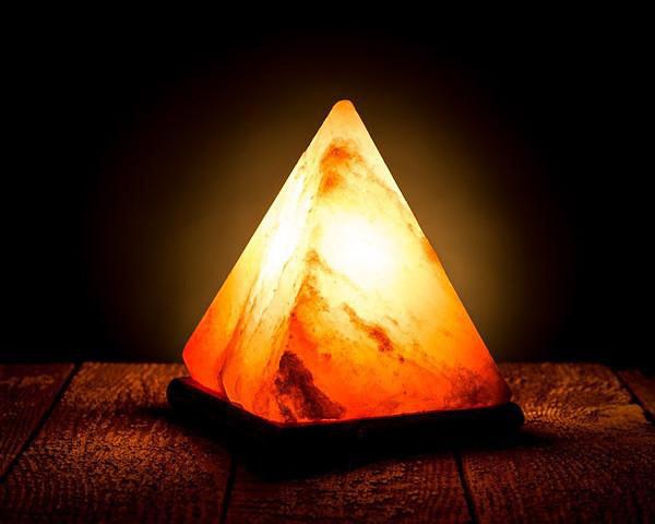 Светеща солна лампа във формата на пирамида