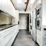 Тясна бяла кухня