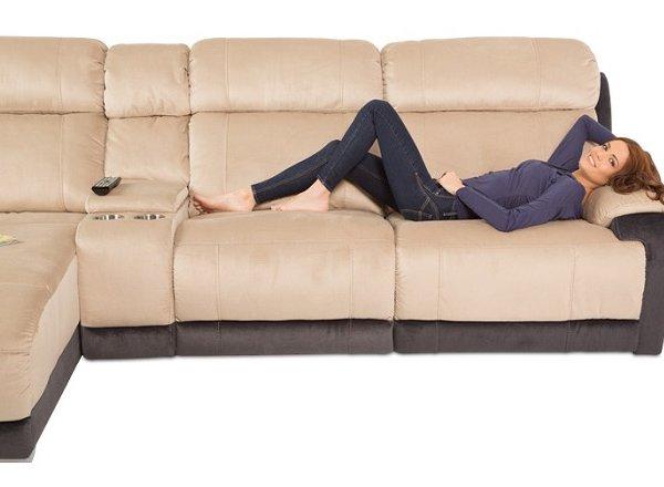Ъглов диван с релакс механизъм и бар функция, с жена върху него