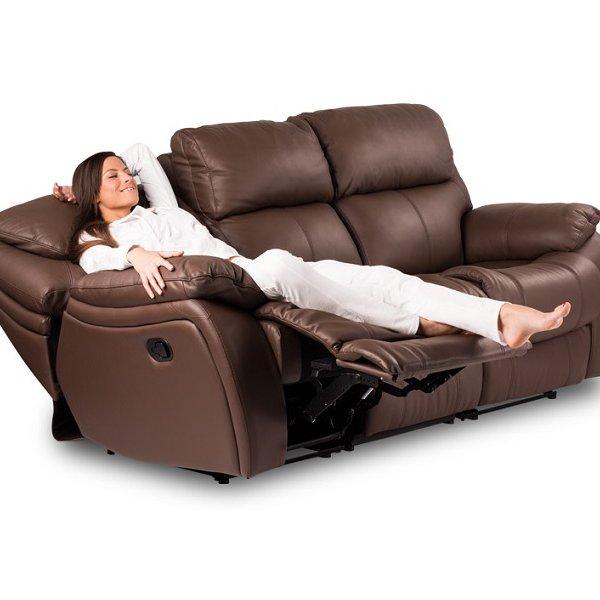 Жена легнала върху диван от естествена кожа Сандра