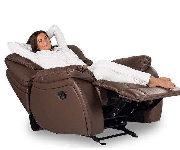 Жена легнала върху разтегнат фотьойл от естествена кожа серия Сандра