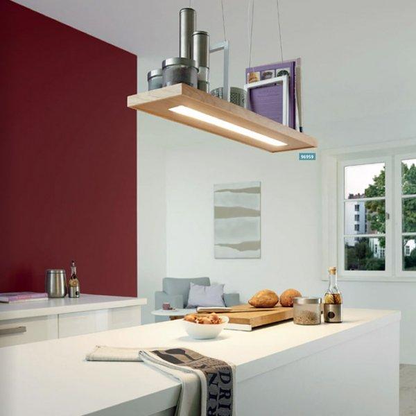 LED пендел от дърво монтиран над кухненски остров