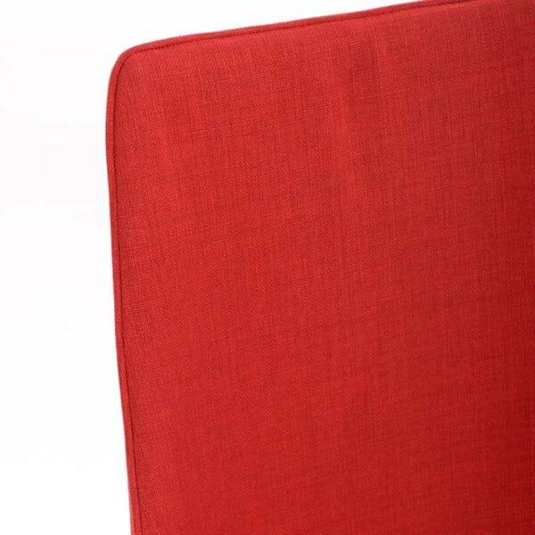 Изцяло тапициран стол с извита облегалка в червено - отблизо