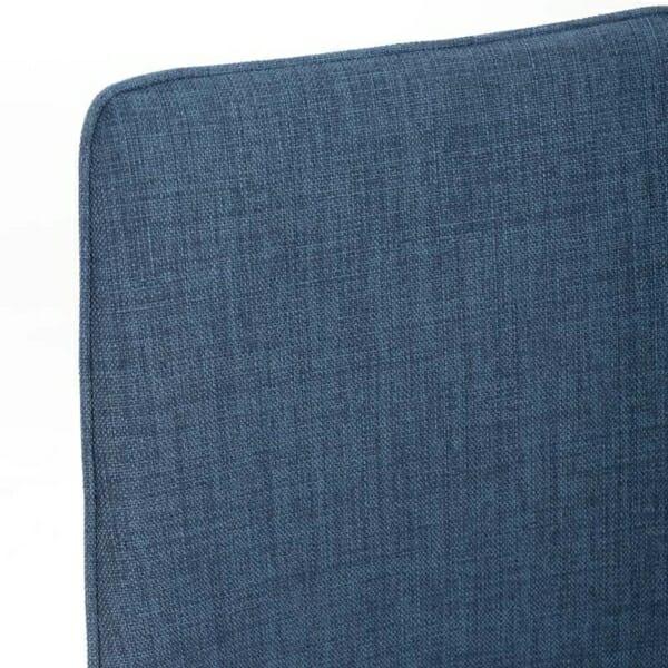 Изцяло тапициран стол с извита облегалка в синьо - отблизо