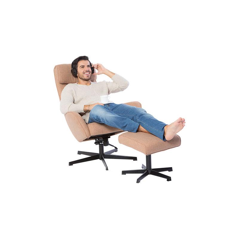 Мъж върху кресло с люлееща функция и табуретка
