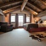 Луксозна скосена спалня