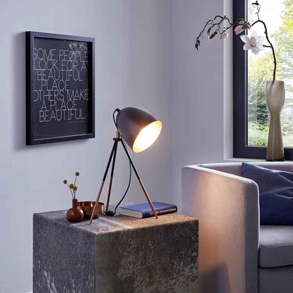 Декоративна черна настолна лампа тип трипод серия Chester