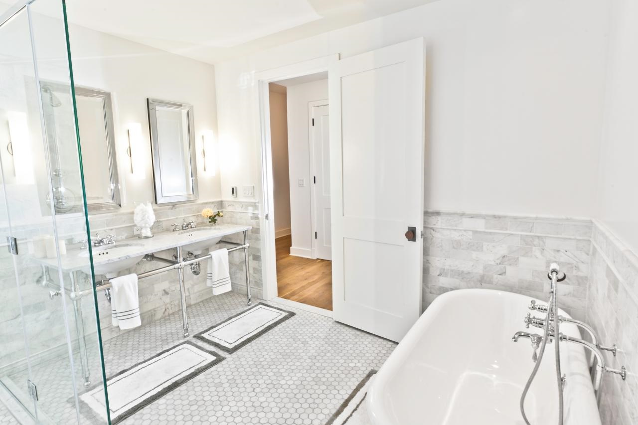 Бяла баня с вана и душ кабина