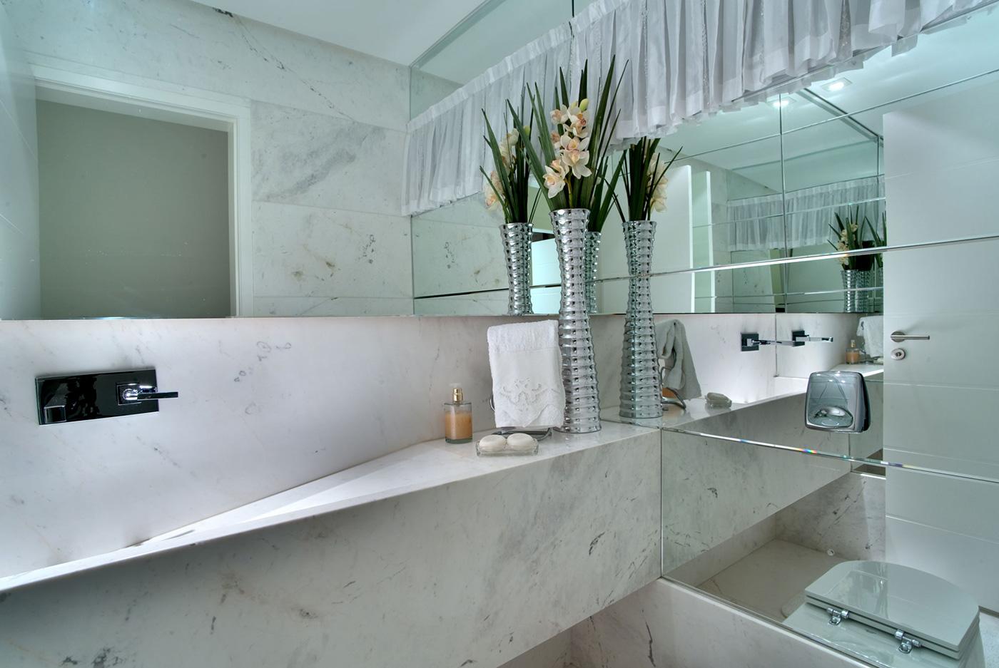 Модерна баня с огледална стена
