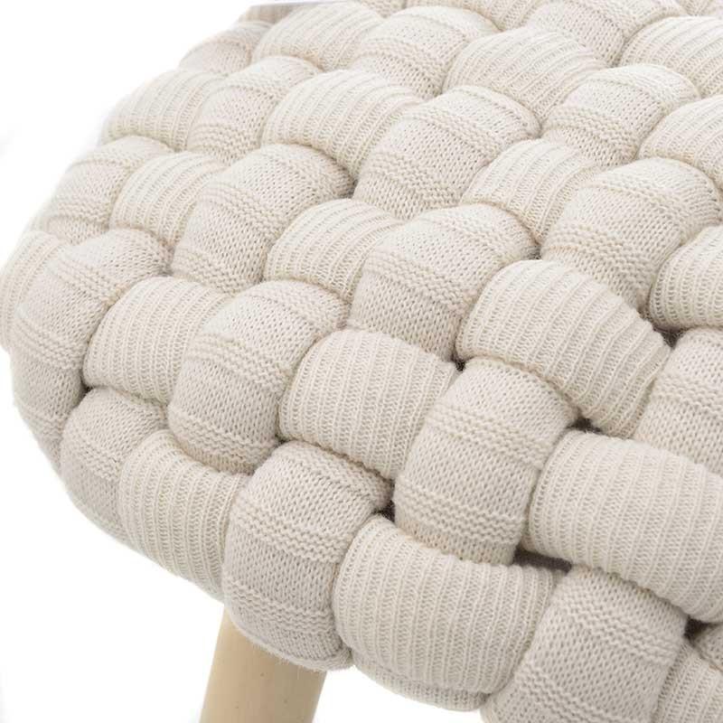 Кръгла плетена табуретка с дървени крака - отблизо