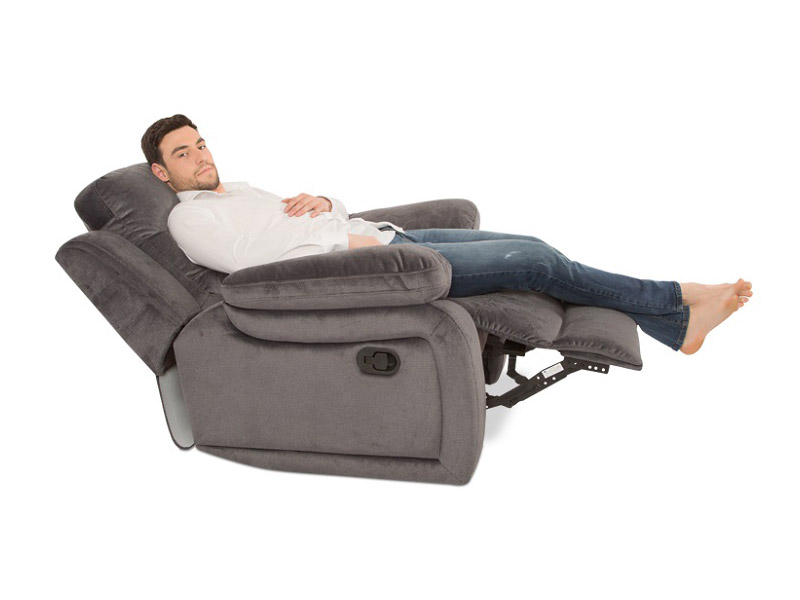 Мъж легнал на фотьойл с релакс механизъм Гея