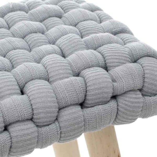Ниска табуретка със седалка от едра плетка отблизо