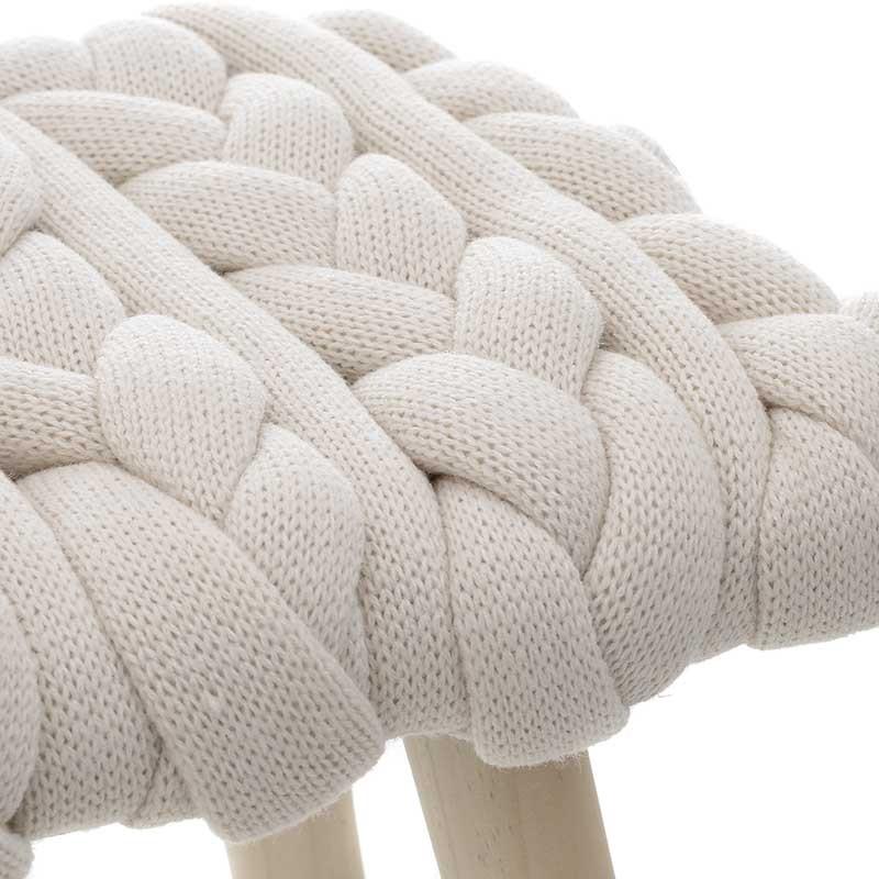 Табуретка с плетена седалка и дървени крака - отблизо
