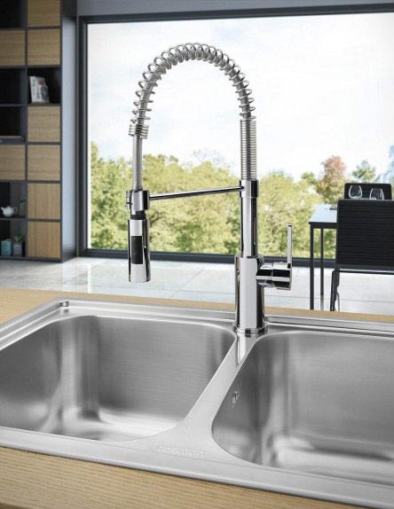 Висок смесител за кухня с подвижна слушалка SMEG - монтиран на мивка