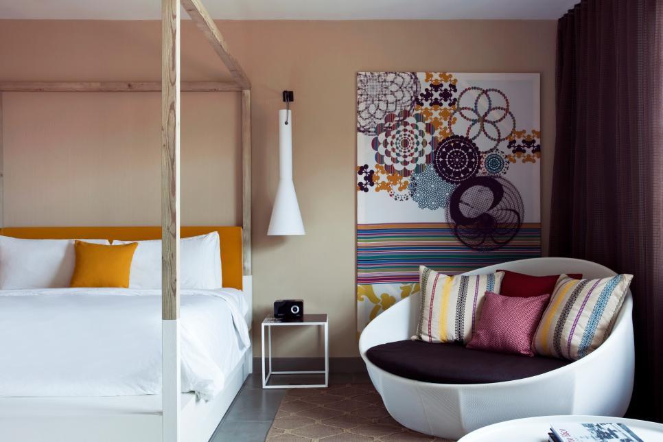 Модерна спалня с цветни акценти