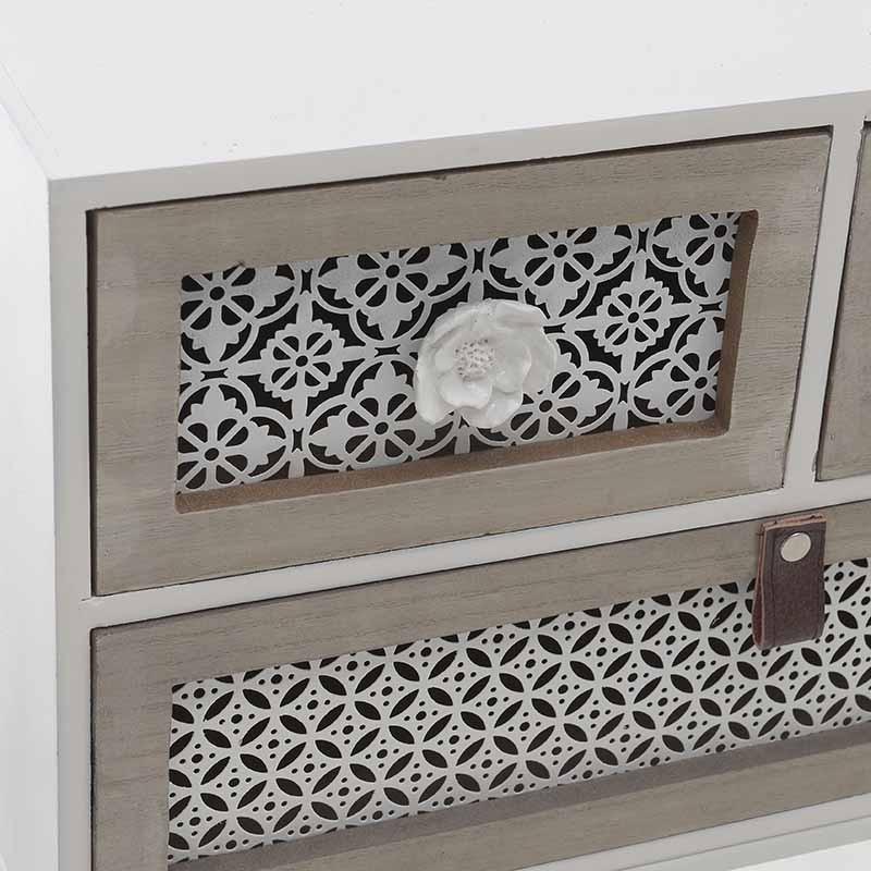 Нисък дървен шкаф с атрактивна визия-близка снимка на чекмеджетата