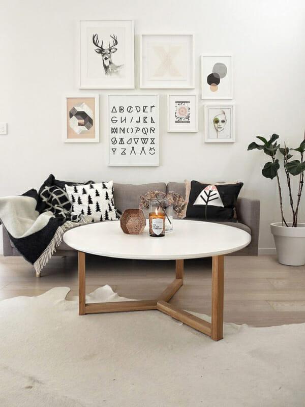 Кръгла холна маса с бял плот и дървени крака-представяне