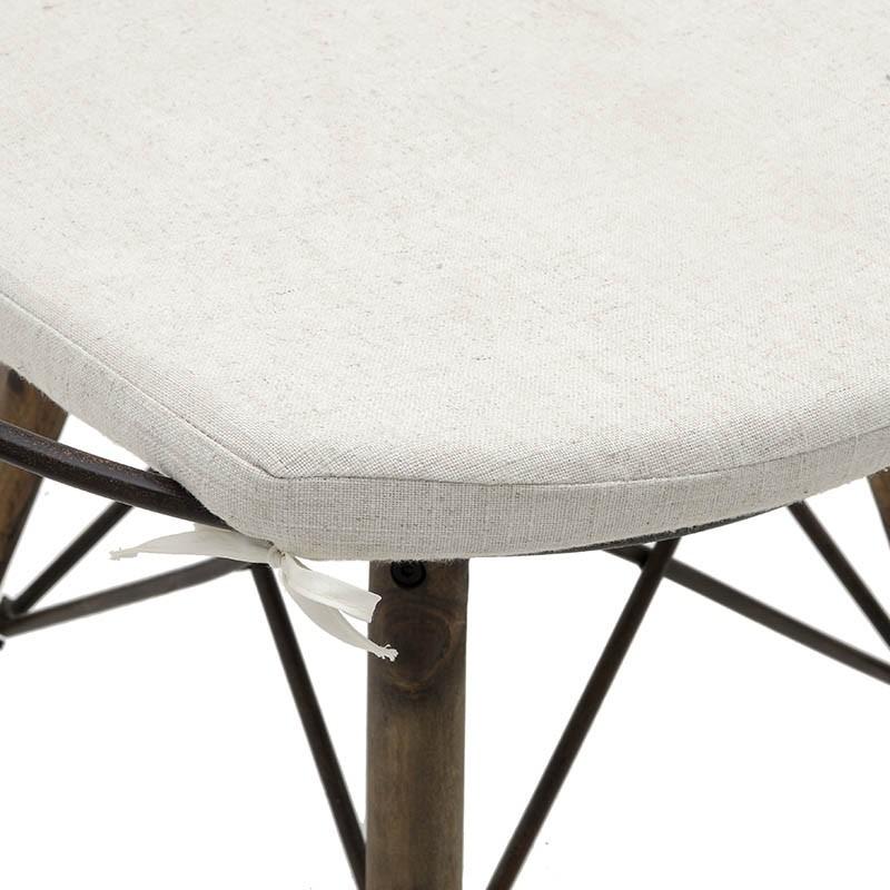 Стол от дърво и метал в индустриален стил - отблизо