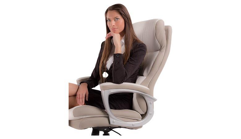 Бизнес дама седнала на елегантен директорски стол от еко кожа-2