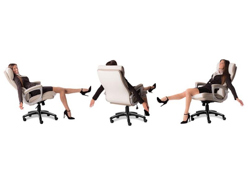 Бизнес дама седнала на елегантен директорски стол от еко кожа