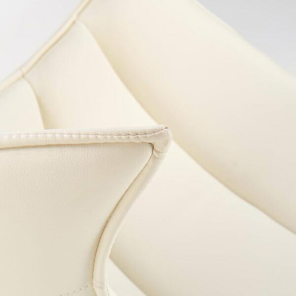 Бяло кожено кресло с яйцевидна форма-снимка отблизо