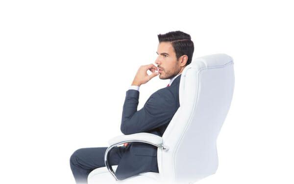 Бял кожен президентски офис стол с мъж седнал върху него